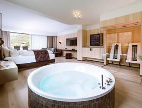 elegante Wellness-Suite mit Infrarotkabine und freistehender Badewanne