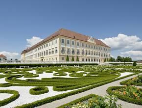 3. Barockterrasse mit seitlichem Blick auf Schloss Hof © Hertha Hurnaus