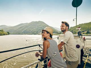 Paar am Welterbesteig Wachau, Donau im Hintergrund © Andreas Hofer